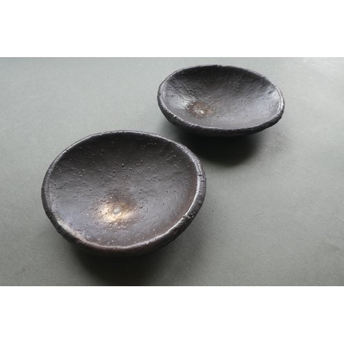 炭化焼締め4つ足小皿
