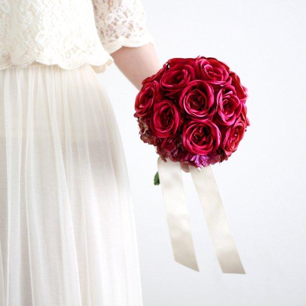 アーティフィシャルフラワー(造花)のカップ咲きローズのクラッチブーケ(赤)画像_airaka