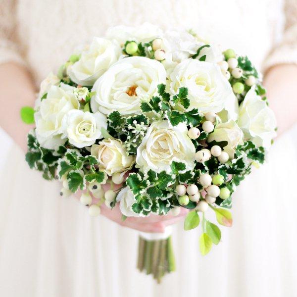 アーティフィシャルフラワー(造花)のバラとフレッシュベリーのクラッチブーケ(白)_airaka