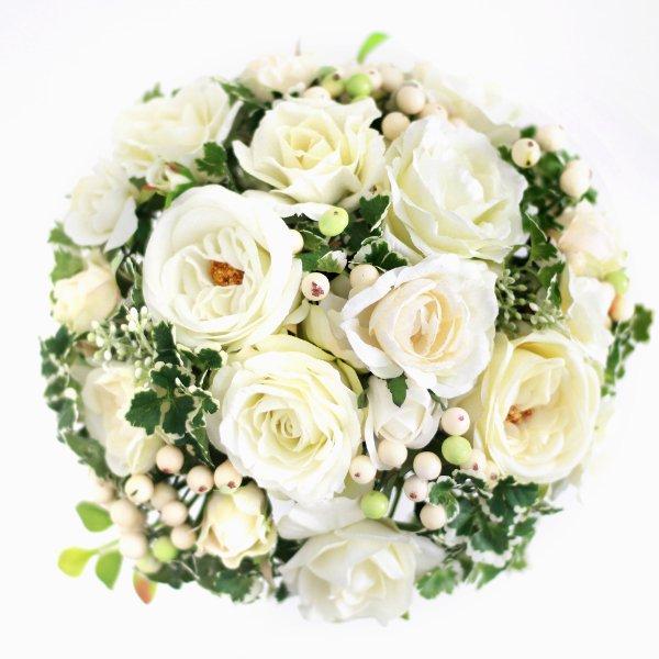 アーティフィシャルフラワー(造花)のバラとフレッシュベリーのクラッチブーケ(白)画像_airaka