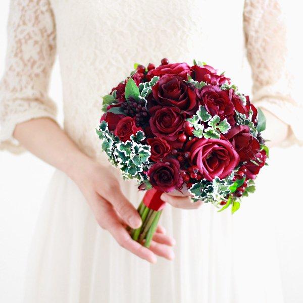 アーティフィシャルフラワー(造花)のバラとフレッシュベリーのクラッチブーケ(赤)画像_airaka