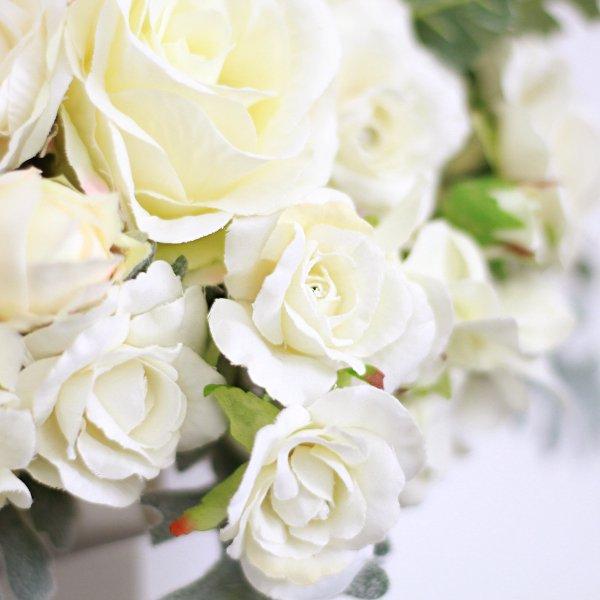 アーティフィシャルフラワー(造花)のバラとシルバーリーフのクラッチブーケ(白)画像_airaka