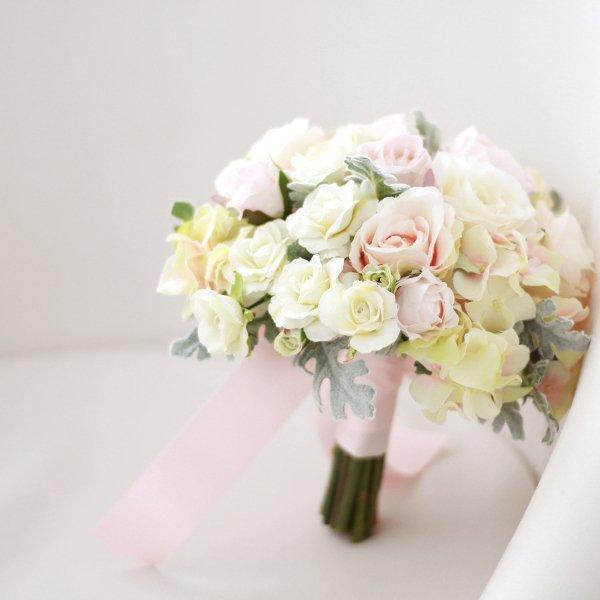 アーティフィシャルフラワー(造花)のバラとシルバーリーフのクラッチブーケ(ピンク)画像_airaka
