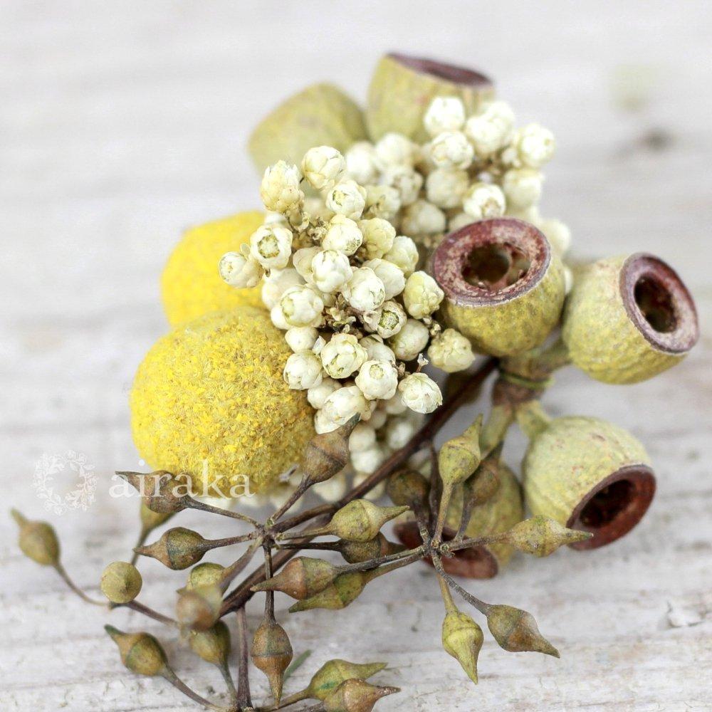 アーティフィシャルフラワー(造花)のコサージュ/木の実(黄色)画像_airaka