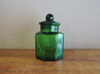 グリーンの蓋付き瓶