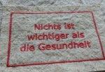 BBオリジナル ドイツ語タグ「健康が一番」 (チェリーレッド)