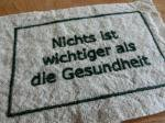 BBオリジナル ドイツ語タグ「健康が一番」 (ダークグリーン)