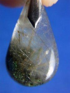 ガネーシュヒマール産ヒマラヤ水晶ペンダント−28 クローライト、トレモライト、アクチノライト針状結晶