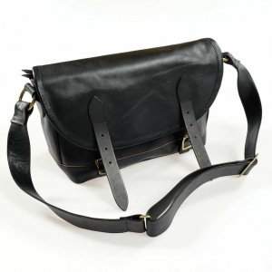 <img class='new_mark_img1' src='https://img.shop-pro.jp/img/new/icons55.gif' style='border:none;display:inline;margin:0px;padding:0px;width:auto;' />INCEPTION HORSE HIDE MESSENGER BAG BLACK