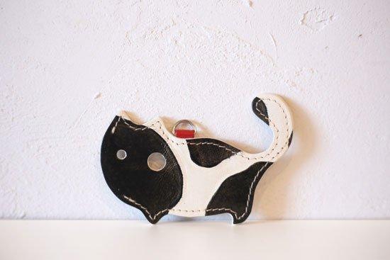 「ジラフ ブラック」限定カラー【猫グッズ・本革レザー】猫のかたちをしたリップクリームケース