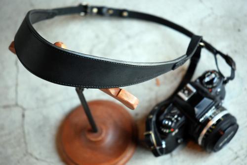 ROBERUヌメ革カメラストラップ(ブラック)裏当て有り