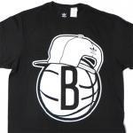 adidas Brooklyn Nets SnapBack Team Logo Tee(BLACK)/アディダス ブルックリン・ネッツ Tシャツ