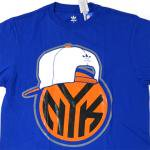 adidas Originals New York Knicks SnapBack Team Logo Tee(BLUE)/アディダス ニューヨーク・ニックス