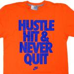 NIKE Graphic HUSTLE HIT & NEVER QUIT T-Shirt(ORANGE)/ナイキ グラフィック Tシャツ