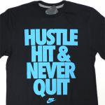 NIKE Graphic HUSTLE HIT & NEVER QUIT T-Shirt(BLACK)/ナイキ グラフィック Tシャツ