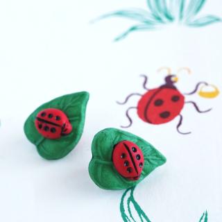 ボタン てんとう虫と葉っぱ