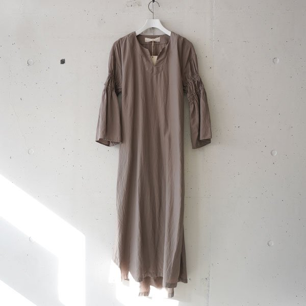 R JUBILEE(アール ジュビリー) Sleeve Gathered Dress (Greige)