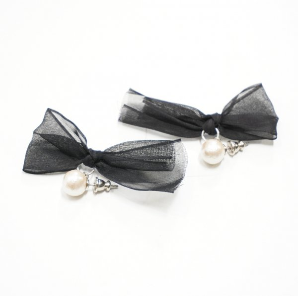 petit robe noire(プティローブノアー) リボン付きコットンパールピアス