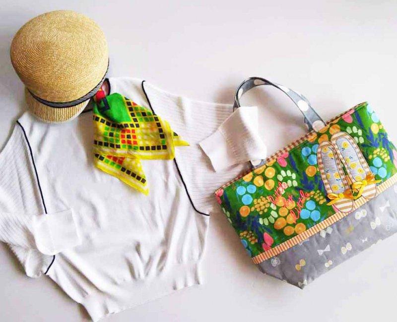 街に映えるグリーンの花柄 自分らしく歩き出せるバッグ