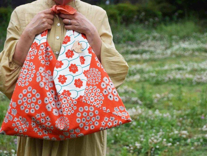 わたしだけのオレンジ 花柄好きさんのためのバッグ ひろげて さんかく たたんで しかく 『自分らしく羽ばたこう』 nikomoku東京のヒノキのブローチ