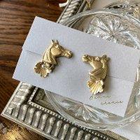 馬と花のイヤリング