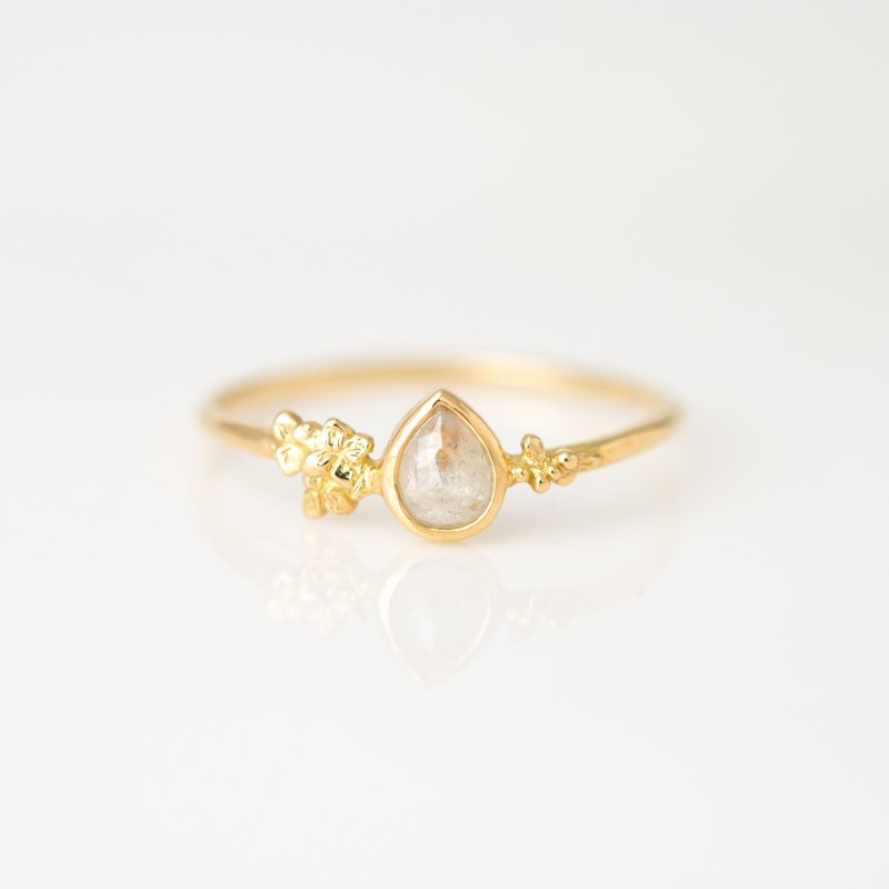 【1点もの】ティアドロップ ナチュラルグレーダイヤモンド  K18YG ニーナ リング