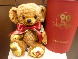 <img class='new_mark_img1' src='//img.shop-pro.jp/img/new/icons5.gif' style='border:none;display:inline;margin:0px;padding:0px;width:auto;' />90th Anniversary Commemorative Cheeky Bear