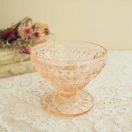 ピンク色の可愛いガラスのアイスクリームカップ