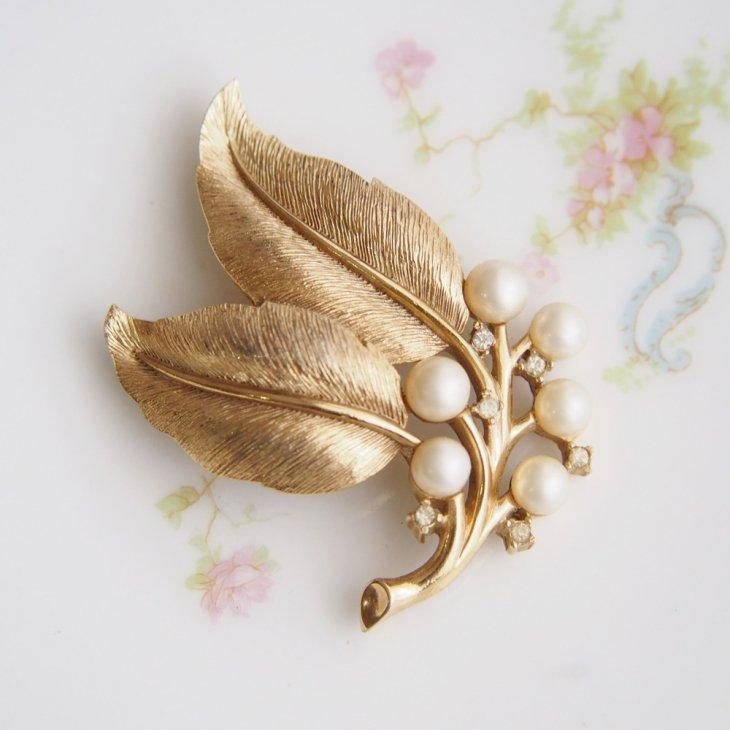Trifari トリファリ ゴールドトーン フェイクパール クリアラインストーン 大きな葉っぱと木の実 ブローチ / ヴィンテージジュエリー アクセサリー