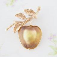 【カナダ発送】Sarah Coventry サラ・コベントリー Delicious アップル リンゴ ブローチ / ヴィンテージジュエリー アクセサリー