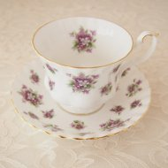 <img class='new_mark_img1' src='https://img.shop-pro.jp/img/new/icons12.gif' style='border:none;display:inline;margin:0px;padding:0px;width:auto;' />イギリス Royal Albert Sweet Violets ロイヤルアルバート スィートヴァイオレット スミレ カップ&ソーサー / アンティーク・ヴィンテージ雑貨