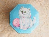 毛糸で遊ぶ猫 8角形のティン缶