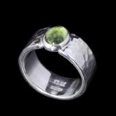 【龍頭】<br>丸鎚目リング 幅8mm<br />ペリドット<br />- メンズ 指輪 リング -