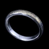 【龍頭】<br>甲丸岩石丸鎚目リング 幅3mm<br />燻し仕上げ シルバー×K18<br />- メンズ 指輪 リング -
