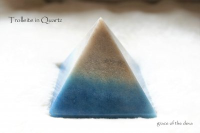 Trolleite in Quartz ピラミッドM-�