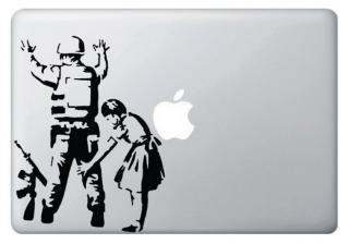 13インチ15インチ17インチMacBook 対応 アートステッカー Banksy バンクシー デザイン 兵士と少女<img class='new_mark_img2' src='https://img.shop-pro.jp/img/new/icons29.gif' style='border:none;display:inline;margin:0px;padding:0px;width:auto;' />
