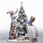 LLADRO(リヤドロ) 01005897 Lladro Trimming The Tree<img class='new_mark_img2' src='https://img.shop-pro.jp/img/new/icons3.gif' style='border:none;display:inline;margin:0px;padding:0px;width:auto;' />