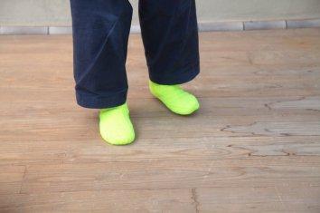 amine ウール混のねじり靴下〈ネオンイエロー〉