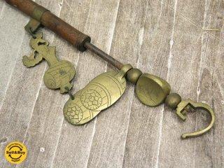 古い自在鉤 竹棹に真鍮飾り 小槌 俵紋 風景画 171〜210cm 囲炉裏 古民具 古道具 ●