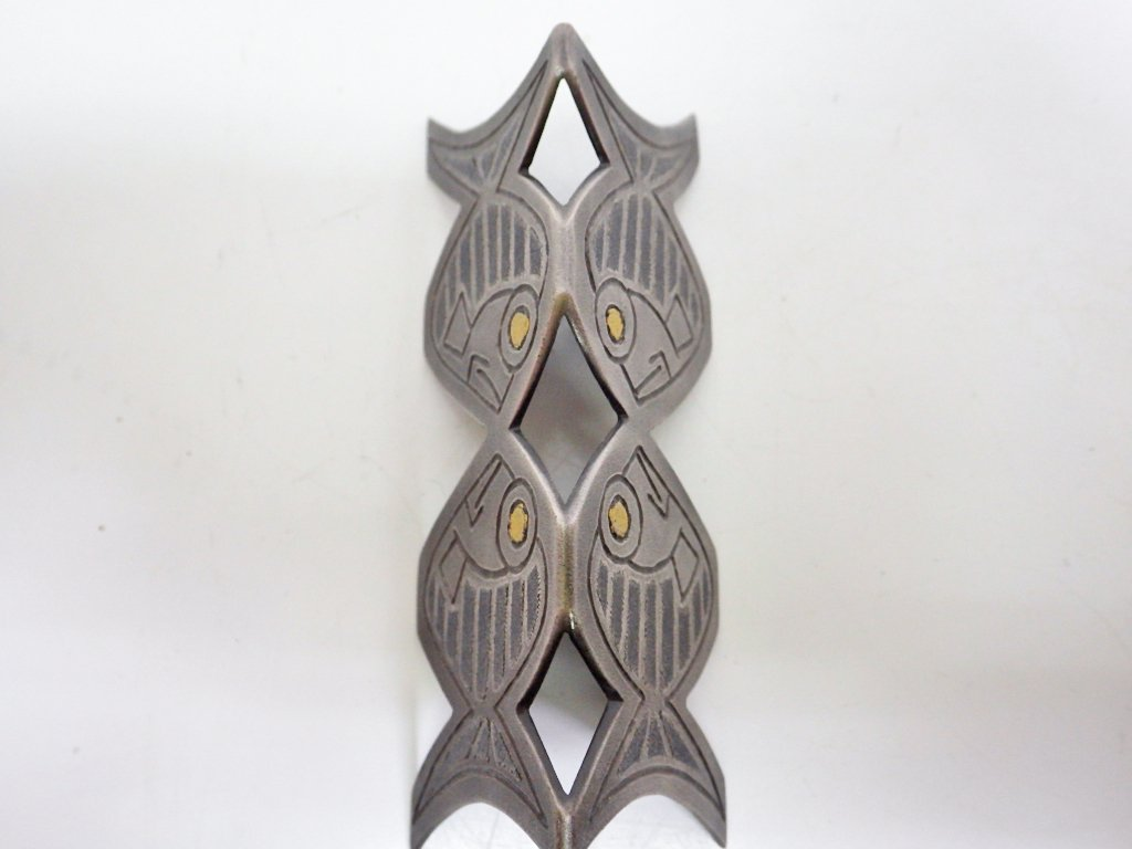 鹿島和生 布目象嵌銀筆架 魚 彫金 元箱付き ●