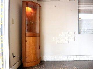 LYSGAARD MOBLER チーク材 コーナーキャビネット キュリオケース 照明付き 飾り棚 食器棚 ガラスキャビネット 北欧 デンマーク ◎