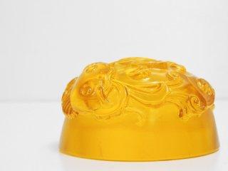 台湾瑠璃ガラス 琉園 tittot 王侠軍 Heinrich Wang クリスタルガラス オブジェ ペーパーウェイト なまず イエロー 489/1999 ●