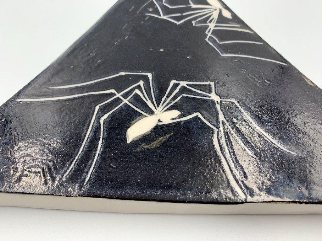 川島いずみ 三角台 プレート 皿 クモ柄 蜘蛛 ブラック 陶芸家 現代作家 ◎