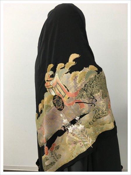 【世界に一枚しかない限定品】イスラム教徒へのお土産に悩まれている方へ。軽くて持ち運びも簡単。雅な御所車の文様が施された着物ヒジャブ。本物の着物を再生した、着物ヒジャブはお土産に最適です。