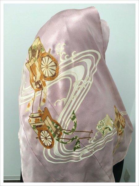 【色留袖を再生した世界に一枚しかない限定品】イスラム教徒へのお土産に悩まれている方へ。軽くて持ち運びも簡単。雅な御所車の文様が施された着物ヒジャブ。本物の着物を再生した着物ヒジャブはお土産に最適です。