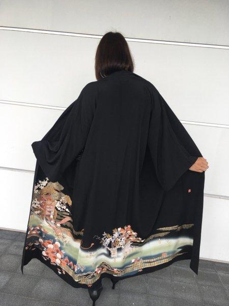 【世界に一枚しかない逸品】【外国人に喜ばれるお土産】雅な御所車の文様が施された着物アバヤ。着物をアウター感覚で気軽に着こなすことができる着物アバヤは海外の特別な方へのお土産に最適です。