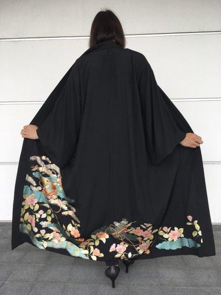【世界に一枚しかない逸品】【外国人に喜ばれるお土産】長寿の花椿の文様を施した着物アバヤ。着物をアウター感覚で気軽に着こなすことができる着物アバヤは海外の特別な方へのお土産に最適です。