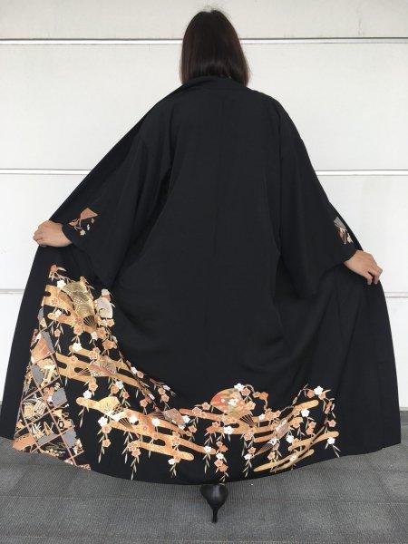 【世界に一枚しかない逸品】【外国人に喜ばれるお土産】日本らしい桜の文様が施された着物アバヤ。着物をアウター感覚で気軽に着こなすことができる着物アバヤは海外の特別な方へのお土産に最適です。