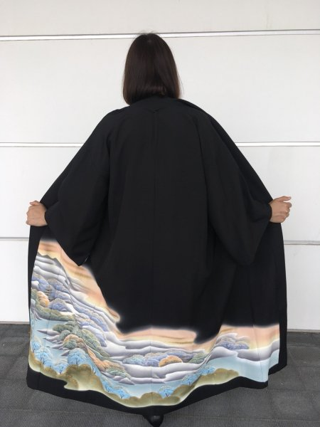 【世界に一枚しかない逸品】【外国人に喜ばれるお土産】長寿のシンボル松の文様が施された着物アバヤ。着物をアウター感覚で気軽に着こなすことができる着物アバヤは海外の特別な方へのお土産に最適です。