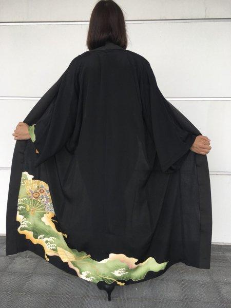 【世界に一枚しかない逸品】【外国人に喜ばれるお土産】限りなく広がる幸せを願う扇の文様が施された着物アバヤ。着物をアウター感覚で気軽に着こなすことができる着物アバヤは海外の特別な方へのお土産に最適です。